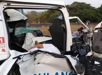 Otro CARRETERAZO de Ambulancia vs TRAILER en la carr.Cosamaloapan-TInajas, Veracruz:3 MUERTOS. Noticias en tiempo real